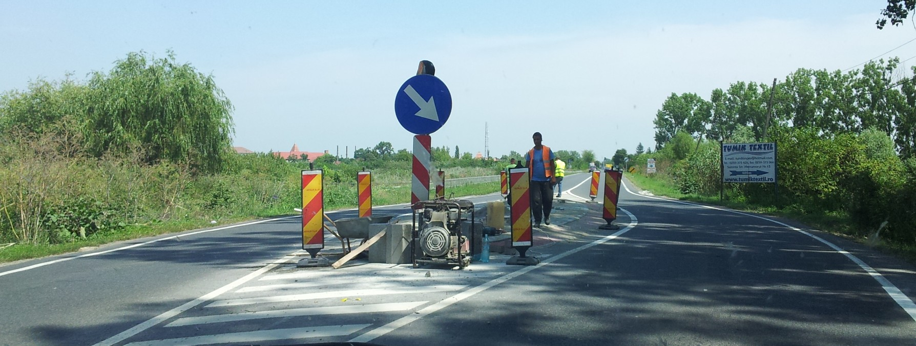 """""""Insulele"""" de la intrarea în localităţile din Bihor sunt în curs de """"netezire"""", renunţându-se la vechile borduri. În Arad, nicio schimbare. Spuneţi-vă mai jos părerea!"""