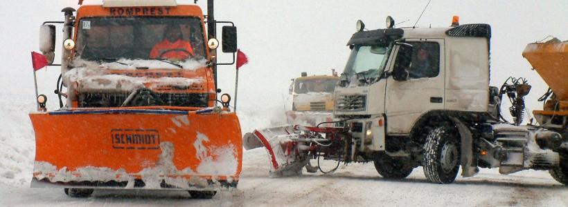 Circulație în condiții de iarnă pe drumurile din vestul țării. S-au răspândit peste 500 de tone de material antiderapant. Starea carosabilului