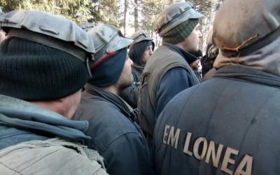 Minerii din Valea Jiului protestează în curtea sediului Complexului Energetic