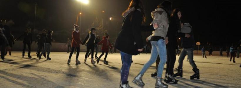 Cel mai mare patinoar artificial din vestul ţării, cu o suprafață de 1.800 de metri pătrați, se deschide în 31 decembrie, de la ora 17:00. Este vorba despre Patinoarul Municipal al Primăriei Arad, a cărui amenajare a costat peste 1 milion de euro.