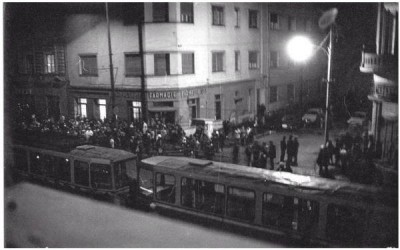 Timisoara, 16 Decembrie 1989. Regretatul poet Ion Monoran a oprit tramvaiele, în fața monumentului din Piața Maria, într-un gest devenit simbol al evenimentelor de acum un sfert de secol.