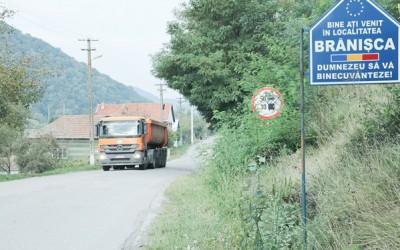 camioanele constructorilor autostrazii Deva Lugoj au distrus drumul judetean dintre Branisca si Ilia