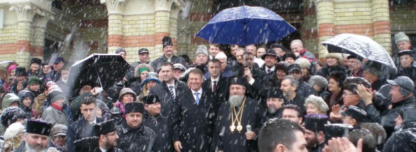 Preşedintele Iohannis, aplaudat la ieşirea de la slujba oficiată la Catedrala Mitropolitană din Sibiu