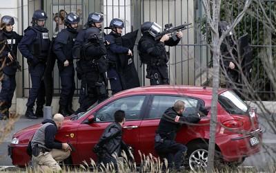 Fortele de securitate se pregatesc sa intervina la o Luare de ostatici într-un oficiu poştal în apropiere de Paris