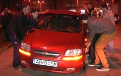 Un sofer din Timisoara a ramas cu masina intr-un crater aparut in sosea