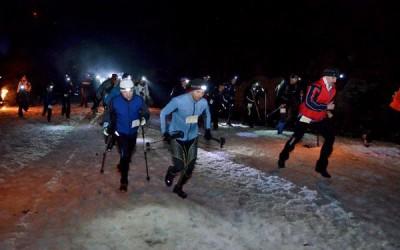Zeci de persoane participă la maratonul montan la lumina făcliilor: 'Parângul Night Challenge'