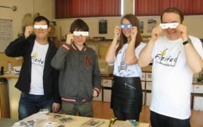 Ochelari originali propuşi de elevii hunedoreni pentru vizionarea eclipsei de Soare