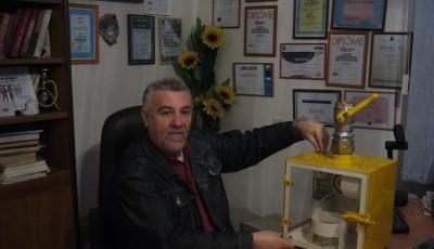 Inventatorul timişorean Remi Rădulescu a obţinut aurul la Salonul Internaţional de Invenţii şi Inovaţii de la Geneva. Remi Rădulescu a fost recompensat pentru ultima sa invenţie – un dispozitiv mecanic pentru închiderea gazelor în timpul seismelor peste 5 grade pe scara Richter.