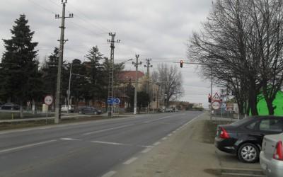 Numărul accidentelor într-o curbă periculoasă de pe DN 7, care trece prin centrul oraşului Nădlac, din judeţul Arad, către cea mai mare vamă din vestul ţării, a fost redus la zero, după instalarea de semafoare inteligente,