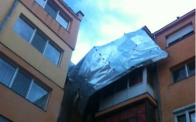 Acoperișul unui bloc din Nădlac, smuls de furtună