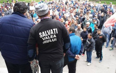 Aproximativ 500 de mineri s-au adunat joi dimineaţa în curtea Complexului Energetic Hunedoara din Petroşani
