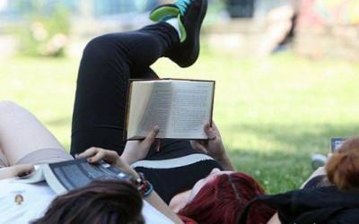"""Timişorenii sunt invitaţi la o nouă ediţie a """"Pătura care citeşte""""."""