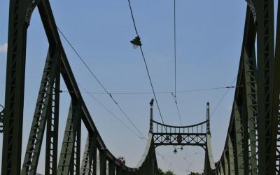 Un bărbat a urcat luni pe suprastructura metalică a Podului Traian din municipiul Arad, ameninţând că se sinucide.