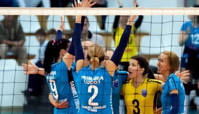Jucătoarele de la CSM Lugoj se bucură pentru câştigarea punctului