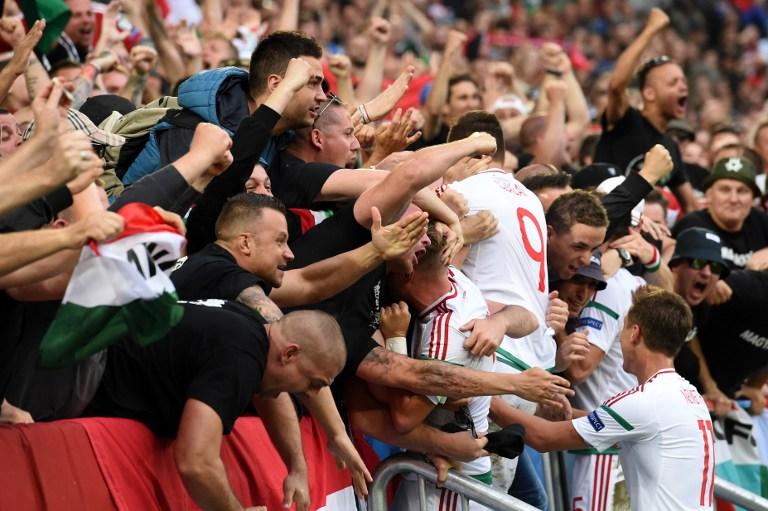 Atacantul maghiar Adam Szalai sărbătorește împreună cu fanii golul marcat în poarta Austriei astăzi, pe stadionul Matmut Atlantique din Bordeaux. / AFP PHOTO / Mehdi FEDOUACH