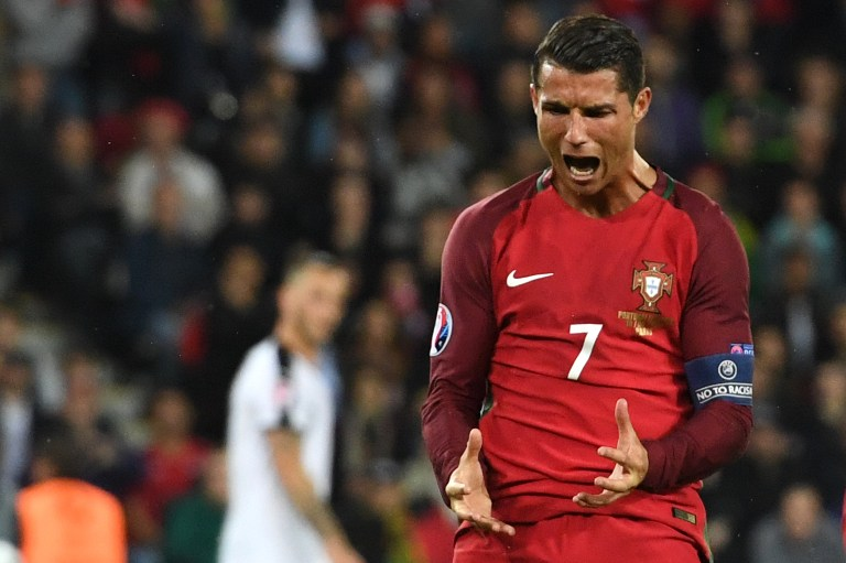 Portugal's forward Cristiano Ronaldo reacts after missing an opportunity on goal during the Euro 2016 group F football match between Portugal and Austria at the Parc des Princes in Paris on June 18, 2016. / AFP PHOTO / FRANCISCO LEONG