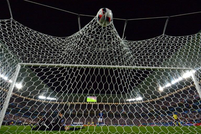 Portarul german Manuel Neuer nu poate para lovitura de departajare executată de Andrea Barzagli, dar Germania avea să elimine Italia, în sferturile de finală ale Euro 2016. / AFP PHOTO / VINCENZO PINTO