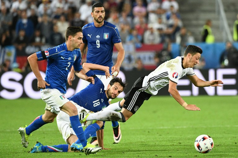 Italy's forward Pelle (9), defender Mattia De Sciglio and midfielder Marco Parolo (C) vies for the ball against Germany's midfielder Mesut Oezil during the Euro 2016 quarter-final football match between Germany and Italy at the Matmut Atlantique stadium in Bordeaux on July 2, 2016. / AFP PHOTO / VINCENZO PINTO