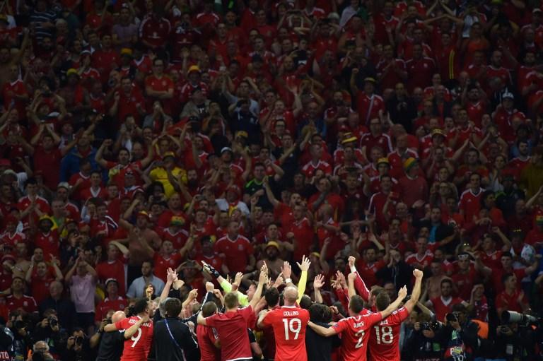 Țara Galilor, sărbătoarea calificării în semifinale, la Euro 2016. / AFP PHOTO / PHILIPPE HUGUEN