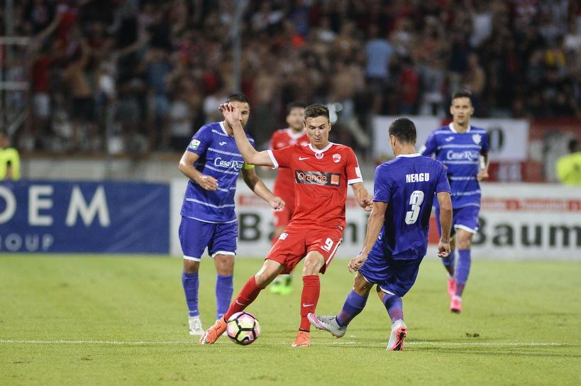 Dorin Rotariu (roșu), de la Dinamo, a fost decisiv în meciul cu ACS Poli. MARIAN ILIE / MEDIAFAX FOTO