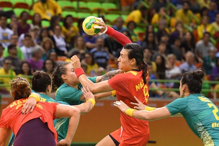 Interul stânga al  României, Cristina Neagu, în luptă cu jucătoarele Braziliei, în întâlnirea e la Jocurile Olimpice, disputată luni, 8 august, la Rio de Janeiro. / AFP PHOTO / Eric FEFERBERG