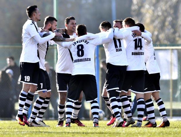 Bucurie a jucatorilor de la Juventus Bucuresti la sfarsitul partidei (Foto: liga2.prosport.ro)