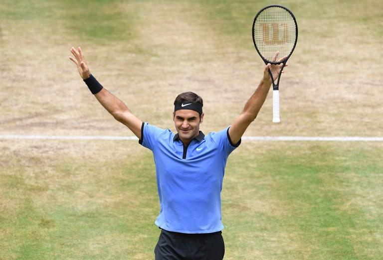 Roger Federer a câștigat al 8-lea său titlu la Wimbledon, după victoria în trei seturi din finala de astăzi în fața croatului Marin Cilic / AFP PHOTO / CARMEN JASPERSEN