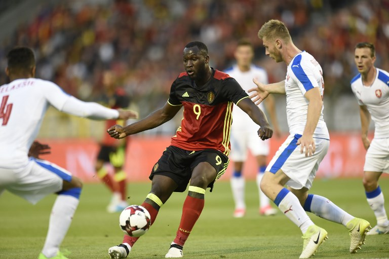 Belgium's forward Romelu Lukaku (C) vies for the ball during the friendly football match between Belgium and Czech Republic, at the King Baudouin Stadium, on June 5, 2017 in Brussels. / AFP PHOTO / JOHN THYS