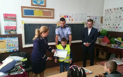 Poliţiştii hunedoreni le-au dăruit veste reflectorizante celor şapte elevi de clasă primară, de la şcoala din comuna Bulzeştii de Sus.