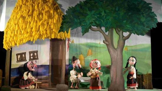 """Spectacolul """"Fata babei și fata moșneagului"""" cu Trupa Marionete Arad, transmis online"""