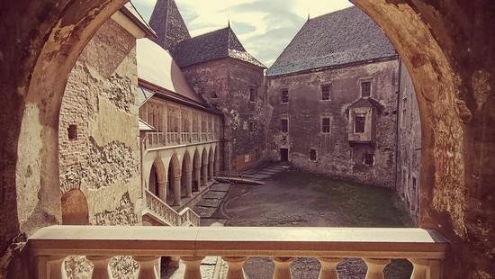 Castelul Corvinilor din Hunedoara şi cetatea dacică Sarmizegetusa Regia, program de vizitare
